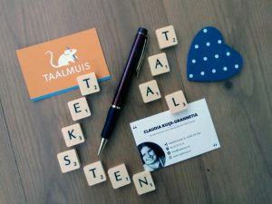 foto 1 startende ondernemer Oss. Letters, visitekaartje en pen.