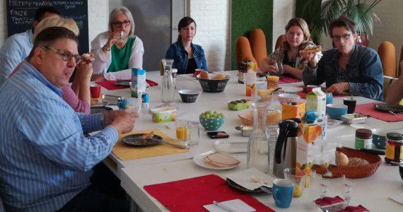 Startende ondernemers uit Oss bij kennisontbijt - volle tafel met mensen eromheen