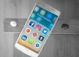 Telefoon met social media-icons