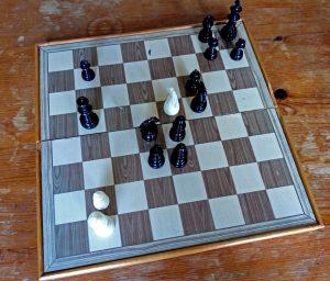 Schaakbord met stukken - wit staat erg achter, maar kan met 1 zet mat zetten