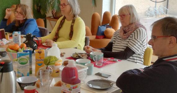 Mensen bij kennisontbijt