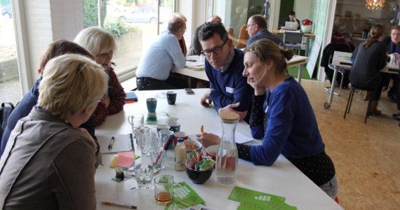 Bites & Business 19 oktober. Pratende mensen in een groepje aan tafel. Voor startende ondernemers Oss.