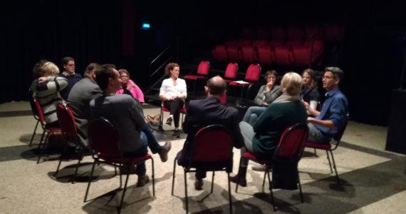 Vol interesse luistert de groep naar Oscar Jansen